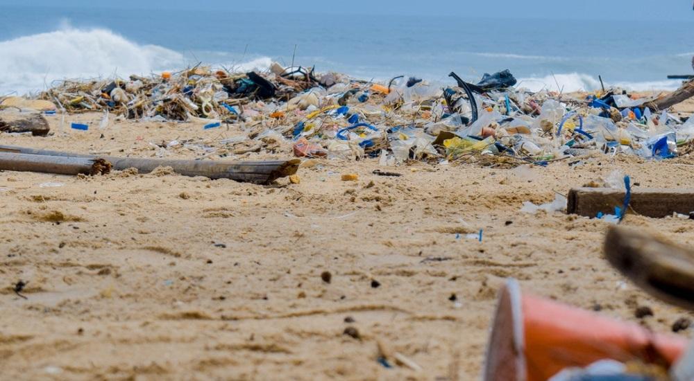 Strand mit Müll
