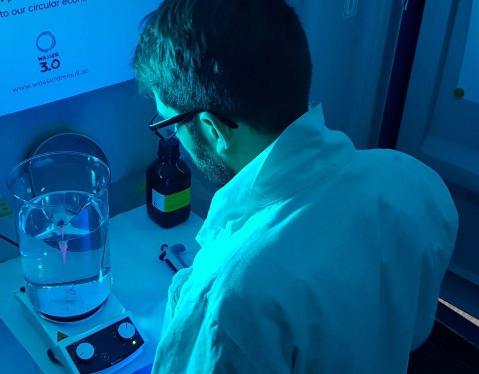Mikroplastik detektieren mit Wasser 3.0 detect: Fluoreszenz macht Mikroplastik sichtbar