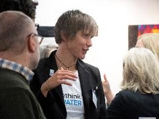 Dr. Katrin Schuhen im wissenschaftlichen Austausch mit anderen Menschen.
