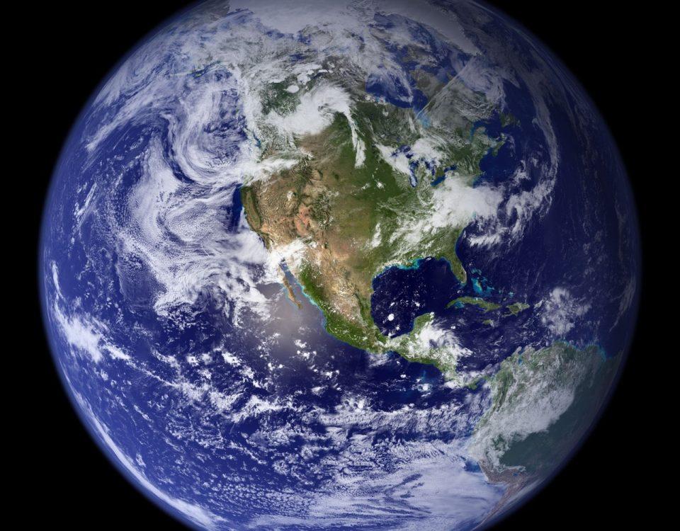 Blick auf den blauen Planenten aus dem Weltall. 2/3 der Erde sind mit Wasser bedeckt.